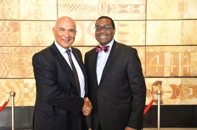 Mostafa Terrab, P-DG de l'OCP (à g.) et Akinwumi Ayodeji Adesina, président de la Banque africaine de développement (BAD)  à l'issue de leur rencontre fin juillet, à Casablanca Photo: OCP
