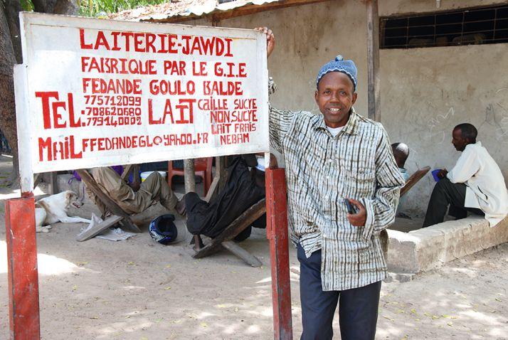 Saïdou Baldé pose devant sa laiterie.
