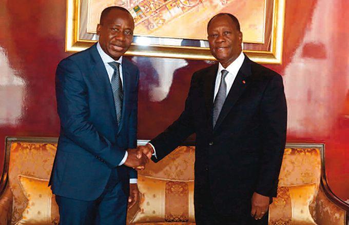 Sanogo Malamine (à gauche) a exposé le projet de sa filière  au président Alassane Ouattara (à droite). Photo: DR