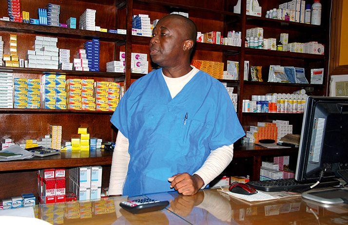 Christophe N. Attoumbré dans  sa pharmacie près d'Abidjan. Photo: Antoine Hervé