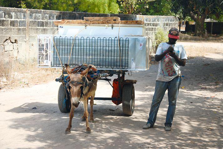 Un fournisseur vient livrer un congélateur d'occasion chez Saïdou Baldé: «Le maintien du froid est un souci constant».