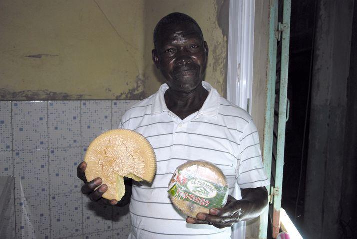 Ibrahima Fall présente deux de ses fromages.