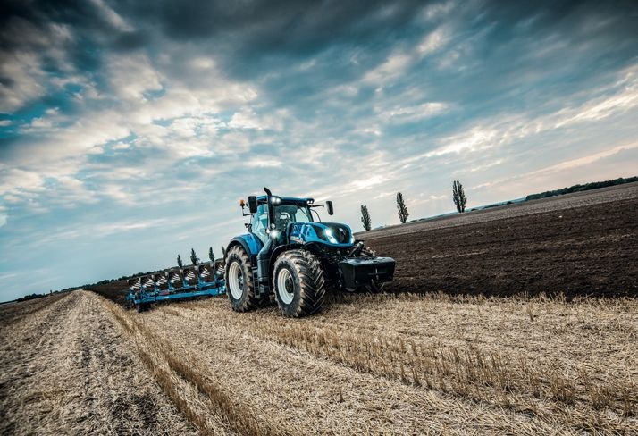 Le T7.315 de New Holland exprime sa puissance au labour.  Photo : New Holland International