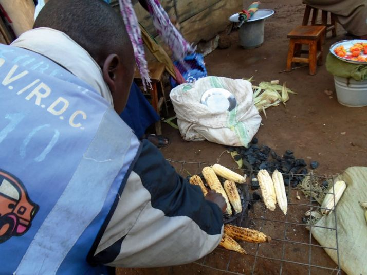 Le maïs grillé est de plus  en plus prisé, comme ici  à Butembo. Photos U. Salama