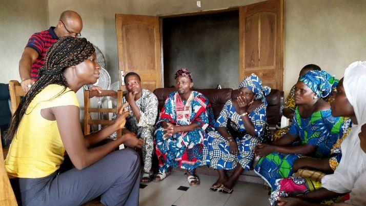 Négociation commerciale entre une acheteuse nigériane et des vendeurs béninois. Photo: C.Roko