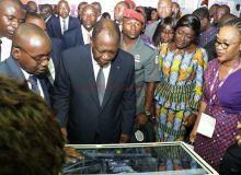 Visite du président ivoirien, Alassane Ouattara, sur un stand lors du Sara 2019 à Abidjan. Photo : DR