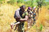Des paysannes fuient leurs terres, aidées par des militaires, au nord du pays. Photo: Daouda Aliyou