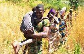 Des paysannes fuient leurs terres, aidées par des militaires, au nord du pays. Photo : Daouda Aliyou